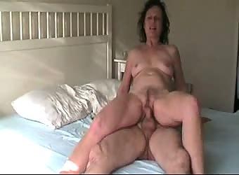 Altes Paar beim Ficken im Bett