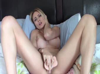 Gorgeous blond makes squirt video for a fan