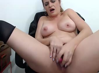 Milf camgirl masturbating and squirting on webcam