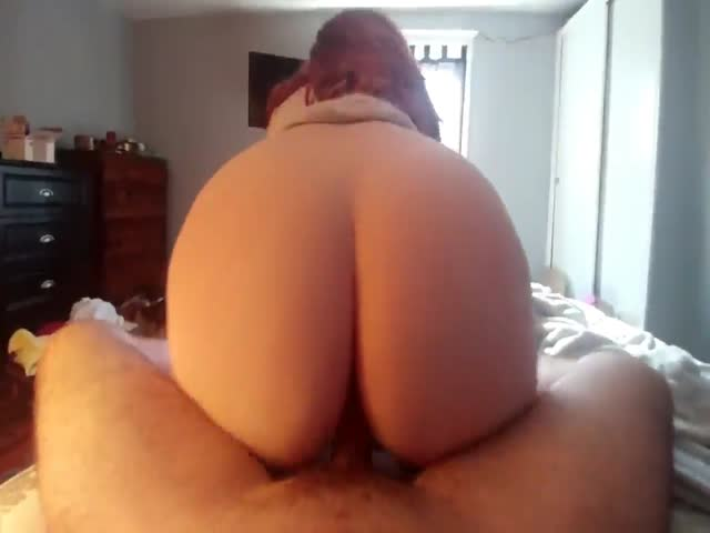 Twerking roundass milf plays with a toy