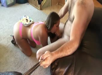 Sexaholic wife serves him lunch with a blowjob
