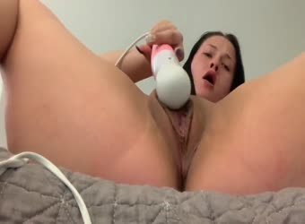 Teen vibing her fat meaty pussy to orgasm