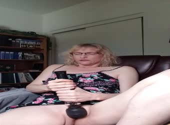 Sexy mature makes herself cum